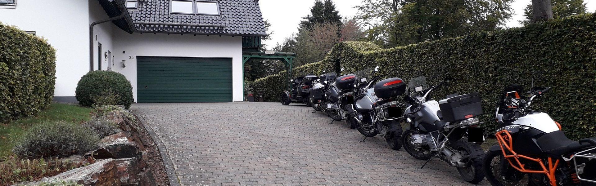 Gästehaus mit Motorrädern